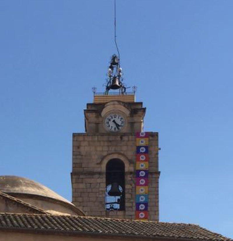 Imatge de la bandera a favor del referèndum de l'1 d'octubre, penjada al campanar de l'església de Santa Coloma de Farners. Foto: El Punt Avui